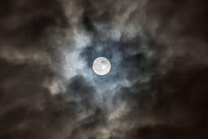 Superksiężyc przykuł uwagę fotografów z całego świata. Taka pełnia jest raz w roku