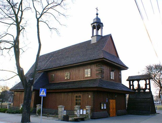 XVII-wieczny drewniany kościół św. Ducha w Łasku, fot. Jacek Bogdan / Wikimedia Commons
