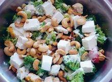 Salatka lekka z migdałami i orzechami nerkowca - ugotuj