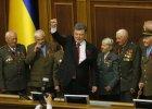 Petro Poroszenko w ukraińskim parlamencie w otoczeniu weteranów z II wojny światowej