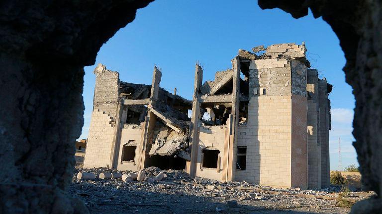 Krajobraz po amerykańskim nalocie na budynek policji, który był kontrolowany przez dżihadystów. Rakka, Syria