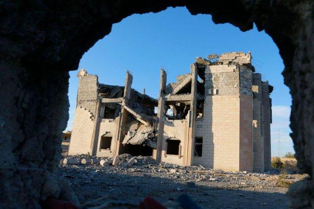 Krajobraz po ameryka�skim nalocie na budynek policji, kt�ry by� kontrolowany przez d�ihadyst�w. Rakka, Syria