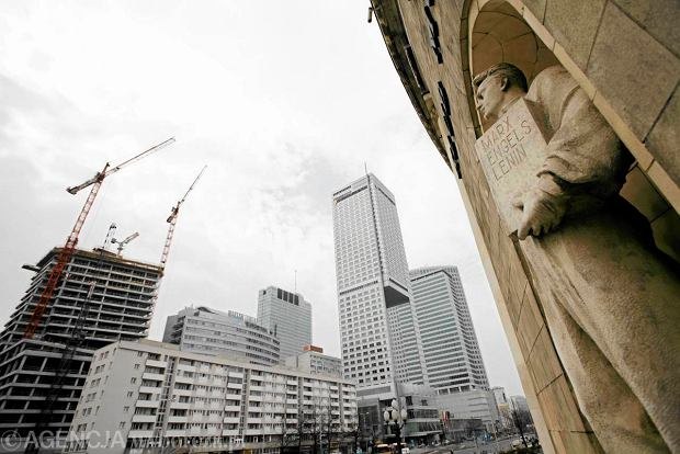 Pomnik Robotnika na ścianie Sali Kongresowej Pałacu Kultury. Zdjęcie z 2011 roku, teraz wieżowiec Złota 44 jest wyższy.