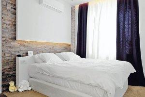 Czym osłonić ścianę za łóżkiem