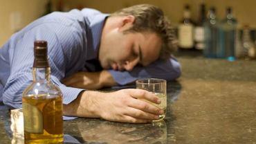 Wystąpienie drgawek może mieć związek m.in z nadużywaniem alkoholu