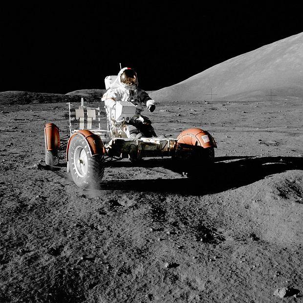 Pojazd księżycowy. Kierowcą jest Eugene Cernan - członek misji Apollo 17