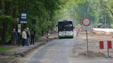 Autobus linii 80 podjeżdża na przystanek koło Arkonki