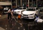 Histeria w Rosji. Dilerzy zawieszaj� sprzeda� aut, Apple zamyka sklep online