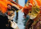 Uczestnicy karnawału w Wenecji w tradycyjnych maskach