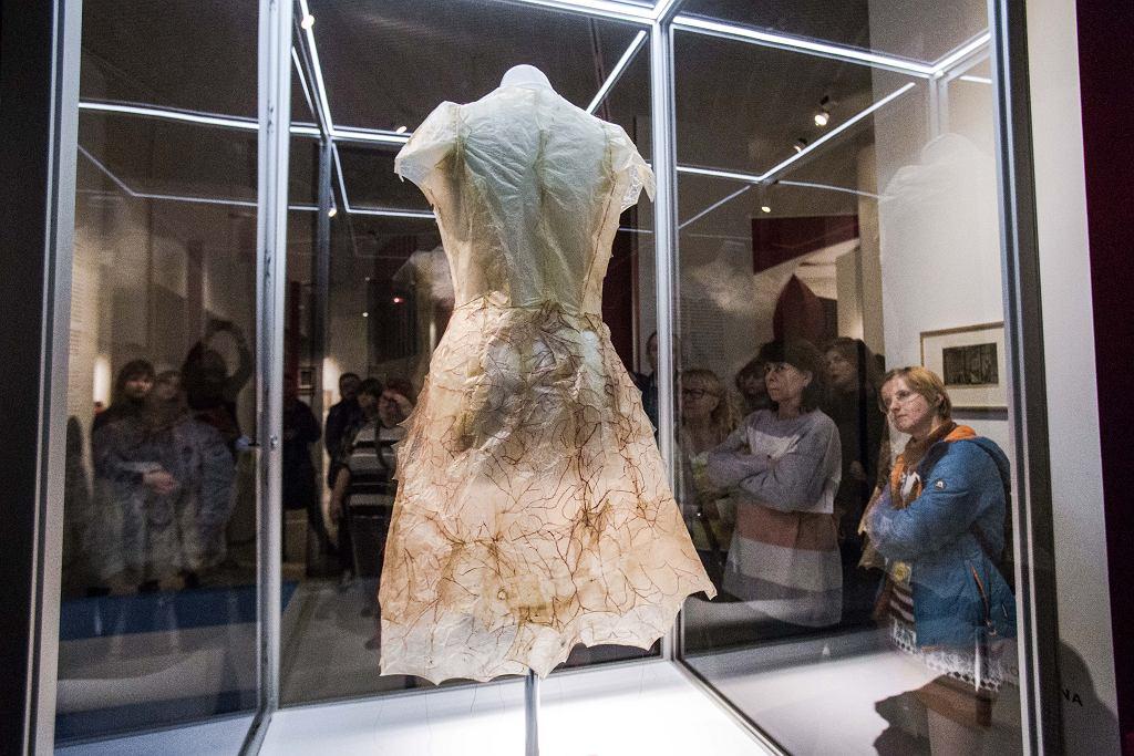 Praca Elizy Proszczuk 'Bez tytułu', wystawa 'Krew. Łączy i dzieli', Muzeum POLIN / Fot. M.Starowieyska