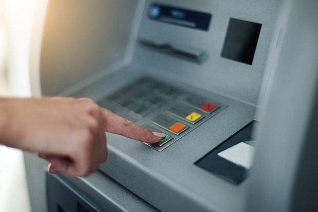 Jak bezpiecznie i tanio wypłacić gotówkę z bankomatu za granicą