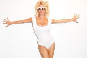 Jessica Simpson pozuje w seksownym kostiumie na jachcie. Ale zaraz, zaraz, ten strój już widzieliśmy. Pierwsza miała go Polka!
