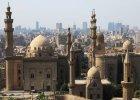 Egipt: Kair. Kair to nie tylko piramidy w Gizie, to tak�e miasto minaret�w i t�tni�cych �yciem arabskich suk�w, od lat czerpi�ce r�wnie� z wzorc�w europejskich. Turyst�w przyci�ga tak�e g�ruj�cy nad miastem kompleks Cytadeli Kairskiej, obejmuj�cy �redniowieczne fortyfikacje arabskie, za�o�enia pa�acowe wraz z ogrodami oraz �wi�tynie islamskie z ogromnym meczetem Muhammada Alego na czele. Niemniej atrakcyjnie prezentuj� si� r�wnie� zabytki usytuowane w obr�bie dawnych mur�w obronnych stolicy Fatymid�w, gdzie po�r�d w�skiej pl�taniny starych uliczek t�tni� �yciem arabskie bazary i nie trudno us�ysze� g�os muezina nawo�uj�cy do modlitwy.