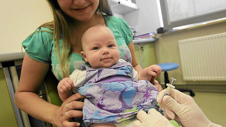 Tzw. ruchy antyszczepionkowe promują tezę, że szczepienia robią więcej szkody niż pożytku. Lekarze nie zgadzają się z nimi i apelują, by nie rezygnować ze szczepionek, które chronią dzieci przed chorobami zakaźnymi