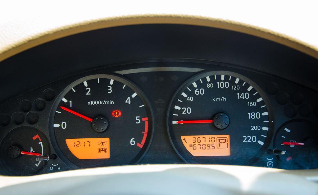 Nowe przepisy zaostrzają kary za przekręcanie licznika przebiegu w samochodzie.