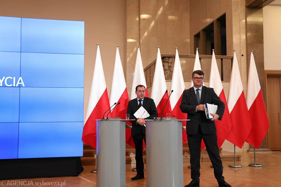 Minister koordynator służb specjalnych Mariusz Kamiński i wiceminister Maciej Wąsik