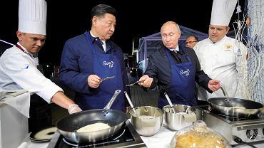Przywódcy raczą się blinami z kawiorem