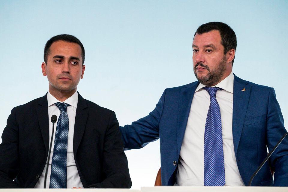 Wicepremier Włoch Luigi di Maio wraz z szefem Matteo Salvinim podczas konferencji w siedzibie premiera. Rzym, 3 października 2018
