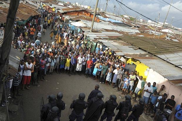 Wojsko próbowało wprowadzić kwarantannę w slumsach