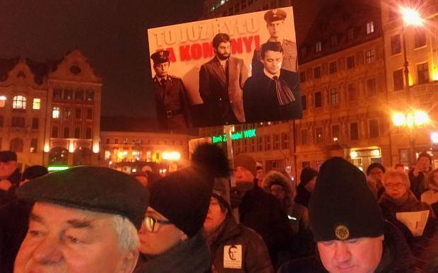 Wrocław. Manifestacja przeciwko zatrzymaniu przez policję Władysława Frasyniuka