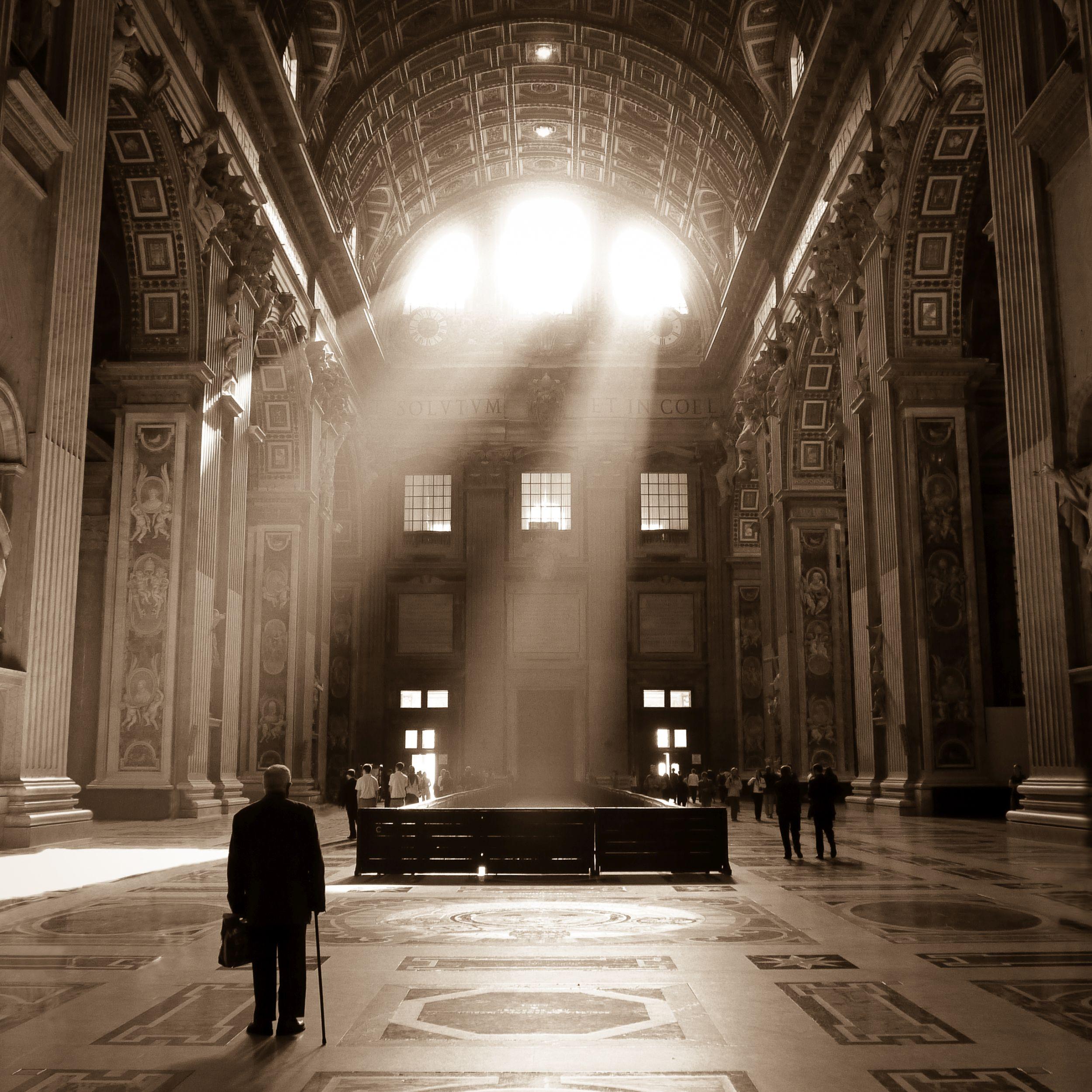 Wnętrze bazyliki św. Piotra (fot. xlynx / bit.ly/1JgpJMM / CC BY / bit.ly/1hYHpKw)