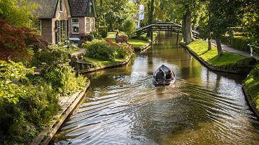 Jeden z wodnych kanałów w Giethoorn