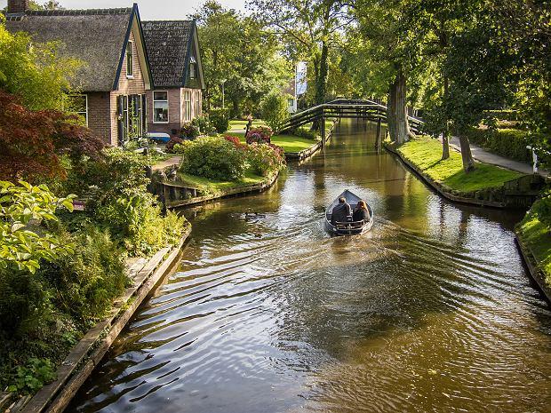 Do domów muszą dopływać łodziami, bo nie ma dróg. Tak żyje się w holenderskiej wiosce na wodzie