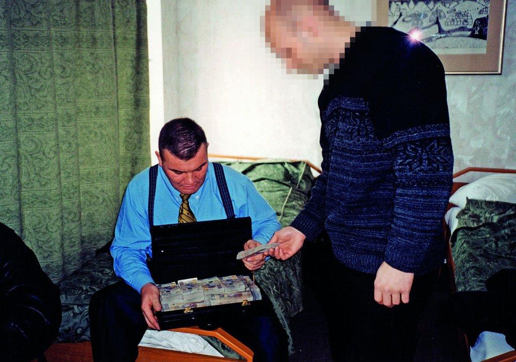 Jarosław Pieczonka jako operator ZBZ. Liczenie pieniędzy przed transakcją w trakcie operacji specjalnej dotyczącej zakupu nielegalnych papierosów, 2000 rok (fot. archiwum prywatne)