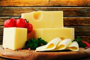 Ser żółty: warto go jeść?