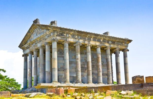 Tę imponującą, starożytną świątynię poświęconą bogowi słońca Mitrze można znaleźć w miejscowości Garni, położonej niecałe 30 km na wschód od Erywania. Wzniesiono ją w I w. n.e. Fot. Irina Papoyan / shutterstock.com