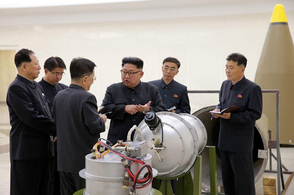 Korea Północna pokazała zdjęcia Kim Dzong Una wizytującego zakłady