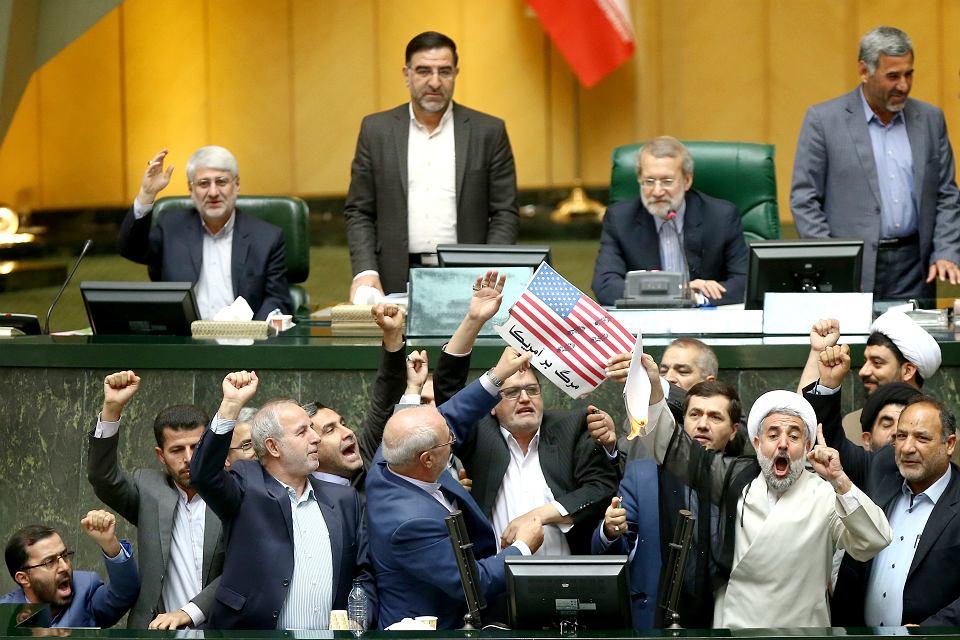 Radykalni irańscy posłowie spalili amerykańską flagę, krzyczeli 'śmierć Ameryce!'. Parlament w Teheranie, 9 maja 2018 r.