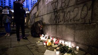 W dniu śmierci Piotra S. warszawiacy zapalają znicze w miejscu, w którym dokonał samospalenia