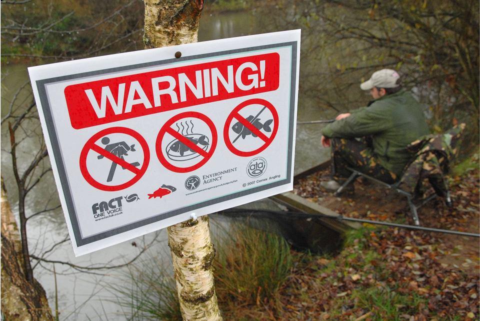 Na brzegach angielskich akwenów pojawiły się znaki o jasnej dla Polaków wymowie: 'Trzymajcie się z dala od naszych ryb'