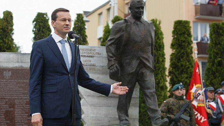 Mateusz Morawiecki podczas odsłonięcia pomnika Lecha Kaczyńskiego w Kraśniku