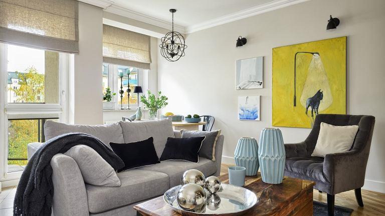W salonie zastosowano jedna lampę ogólną, prowadzono także dodatkowe oświetlenie przy wiszących na ścianie obrazach.