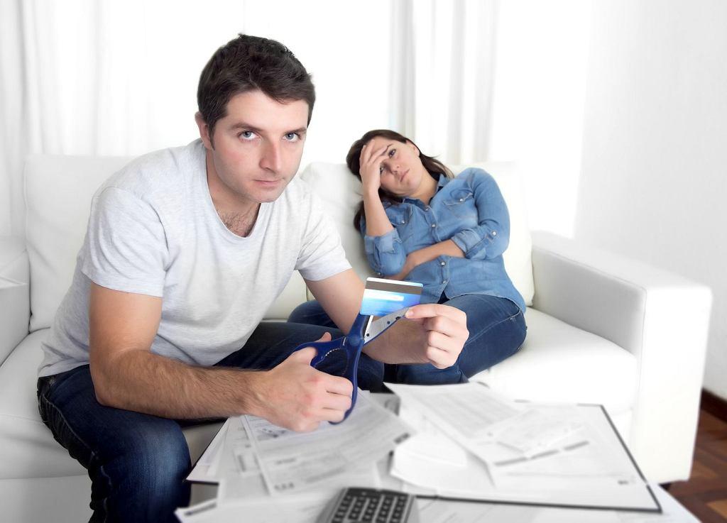 Czy kłótnie o pieniądze tak naprawdę  zdarzają się w każdym związku, ale nie chcemy o nich mówić? (fot. istockphoto.com / OCUSFOCUS  / zdjęcie ilustracyjne)