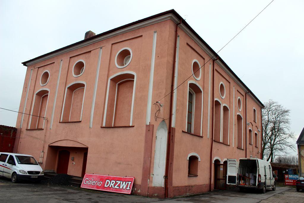 Synagoga w Opocznie. Dziś fabryka okien (fot. Bartosz Józefiak)