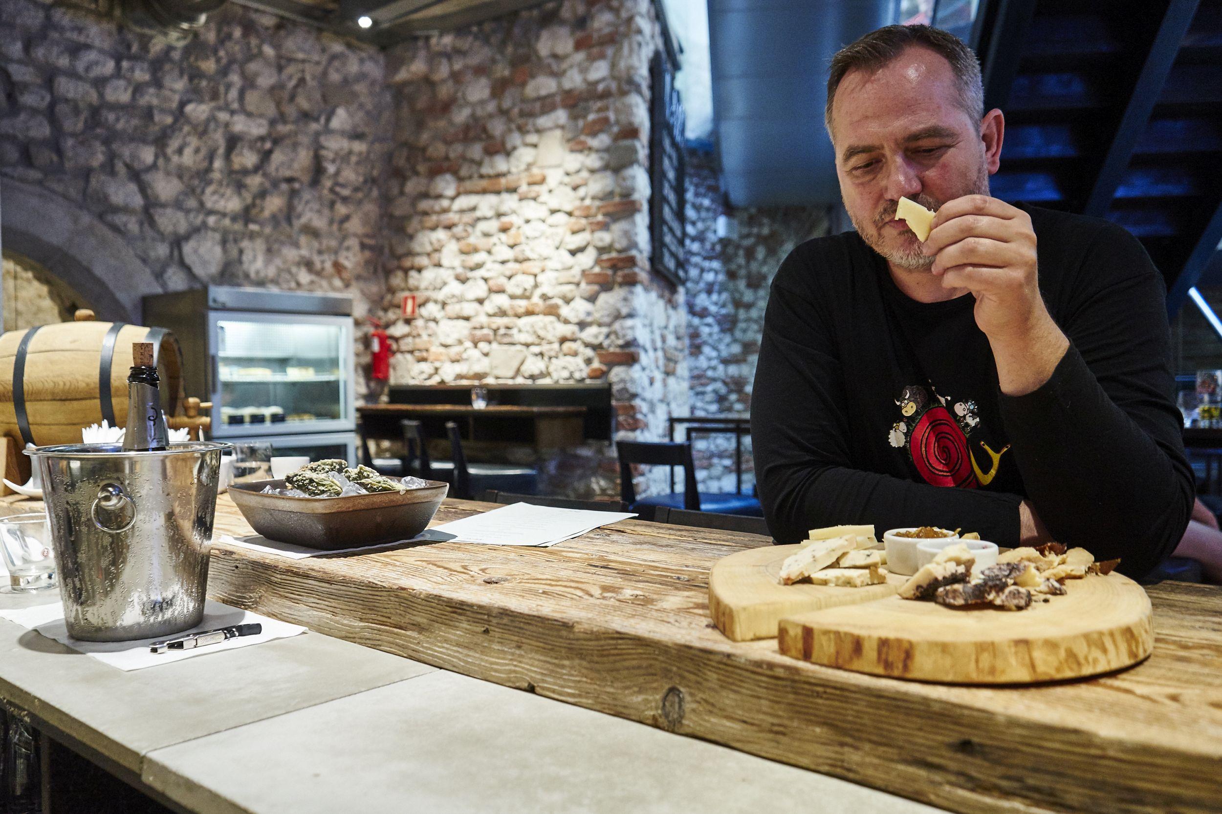 Zgodnie z filozofią Slow Food jedzenie ma być nie tylko zdrowe, lecz także powinno sprawiać przyjemność. Lepiej spożywać mniej mięsa, ale lepszej jakości. Lepiej jeść sezonowo i różnorodnie, niż przyzwyczajać się do monodiety i wysoko przetworzonej żywności z odległymi datami przydatności (fot. Weekend Gazeta.pl)