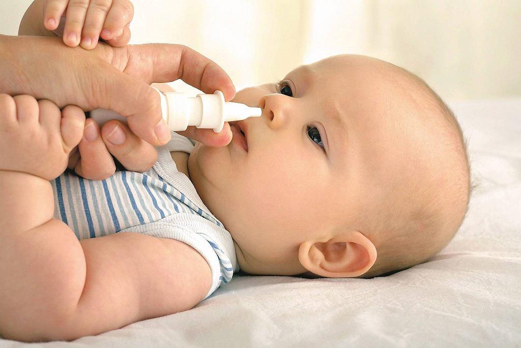 Jeśli chore jest niemowlę, nawet przy lekkiej infekcji trzeba skonsultować się z pediatrą.