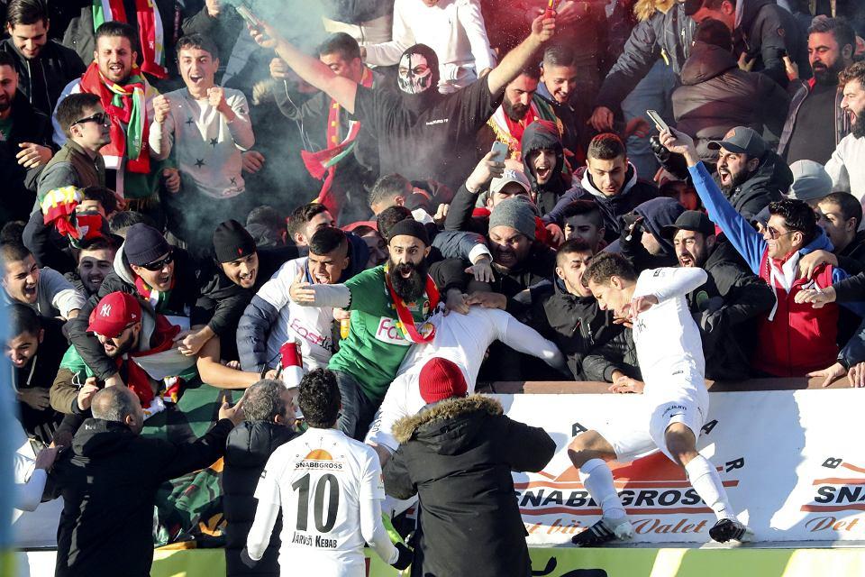 Awans Dalkurd FF do szwedzkiej ekstraklasy oglądało na trybunach 3 tysiące Kurdów, 28 października 2017 r.
