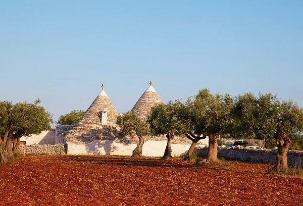 Włochy, Apulia: starodawny typ domów wokolicach Ostuni, w których szybko zdejmowano dachówki, gdy zbliżał się poborca podatkowy, i budowla przestawała być domem, za który należałby się podatek