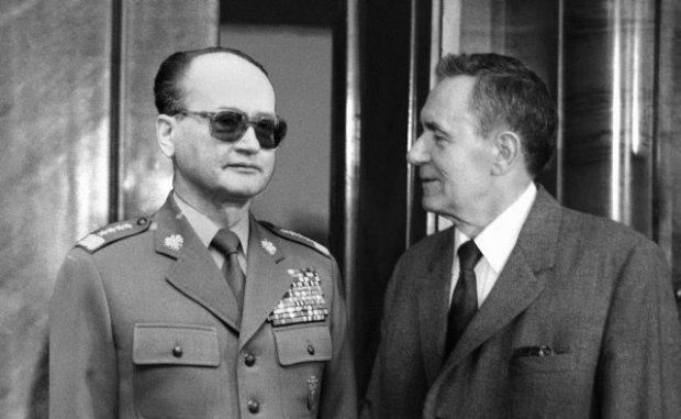 Spotkanie, którego nie było: W niedzielę 6 grudnia 1981 r. w Mińsku Wojciech Jaruzelski spotkał się potajemnie z Andriejem Gromyką. Szef sowieckiej dyplomacji poinformował go, że Leonid Breżniew nie żyje od dwóch tygodni i w zaistniałej sytuacji Związek Radziecki będzie się trzymał z dala od spraw polskich. Czy gdyby rzeczywiście Breżniew umarł nie 10 listopada 1982 r., lecz rok wcześniej, fikcja opisana w naszym artykule mogłaby się zdarzyć? Na fotomontażu Jaruzelski i Gromyko na mińskim lotnisku podczas spotkania, którego nie było