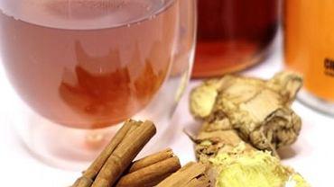 Herbatka z imbirem to przede wszystkim sposób na rozgrzanie, wypocenie toksyn i pobudzenie limfocytów do pracy