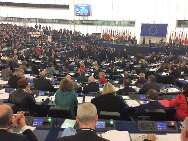 Szefowie Parlamentu i Komisji Europejskiej pozują do zdjęcia.