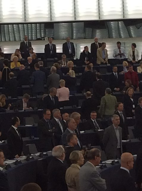 ... Oda do rado�ci nie podnios�a z miejsc wszystkich pos�ów, cz�� pozosta�a w swoich fotelach, a pos�owie eurosceptyczni pozostali odwróceni plecami do Prezydium.