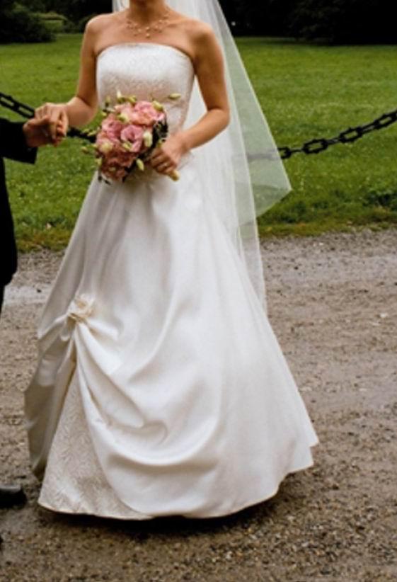 fb2b9dadd3 Sprzedam suknie ślubną. Kolor ecree. Gorset regulowany ze złotą nitka. Rozmiar  36.Wzrost 167. Bardzo ładna. Dodatkowo welon i rękawiczki.  iwcia9 autograf.pl