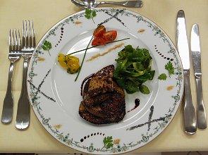 Miodowo-korzenne eskalopki z foie gras podlane sosem z banyulsa na wiosennej sa�atce