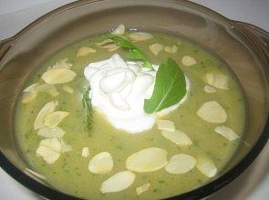 Zupa z sa�aty rukoli z pra�onymi migda�ami i bit� �mietan�