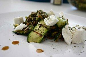 Sałatka z brokułów z fetą i prażonym słonecznikiem - ugotuj